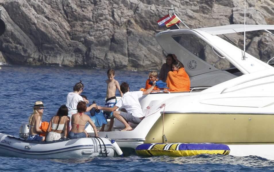Tout le monde grimpe à bord d'un yacht