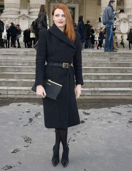 La jolie rousse pose fièrement devant le Grand Palais