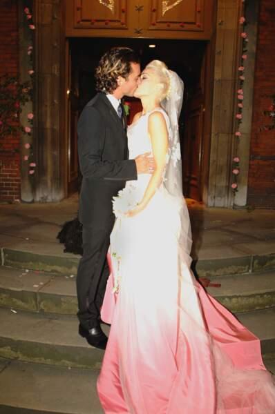 """Robes de mariée de stars : Gwen Stefani dans sa robe """"infusion fruits rouges"""" et Gavin Rossdale en 2002"""
