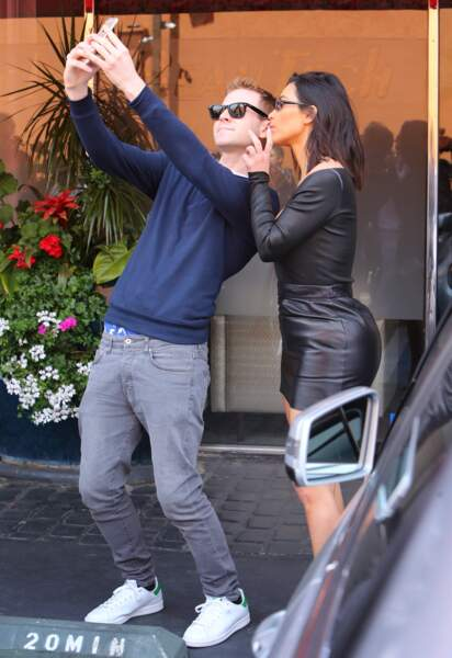 Kim Kardashian en robe moulante noire en cuir à Los Angeles