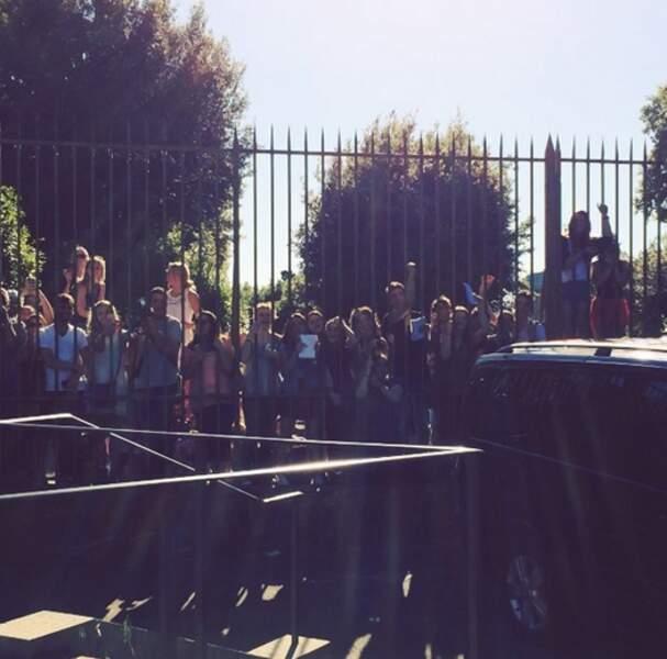 Devant les grilles du Forte di Belvedere, les fans du couple ont tenté d'apercevoir un bout de la robe de Kim