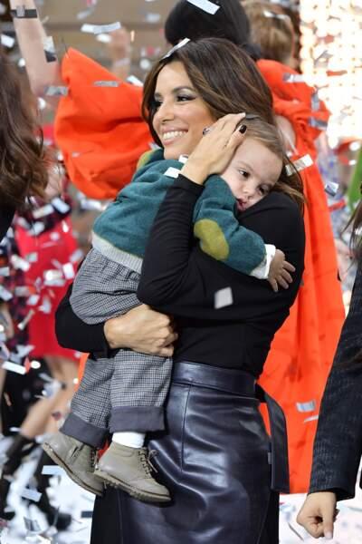 Eva Longoria et son fils Santiago lors du défilé L'Oréal Paris