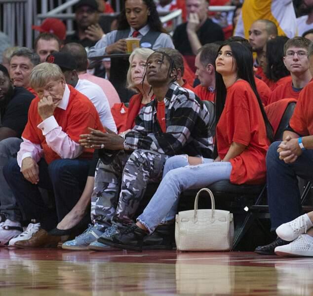 Travis Scott et Kylie Jenner lors d'un match de NBA en 2017