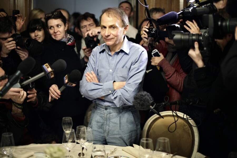 """Michel Houellebecq remporte le Prix Goncourt pour son roman """"La carte et le territoire"""" en 2010"""