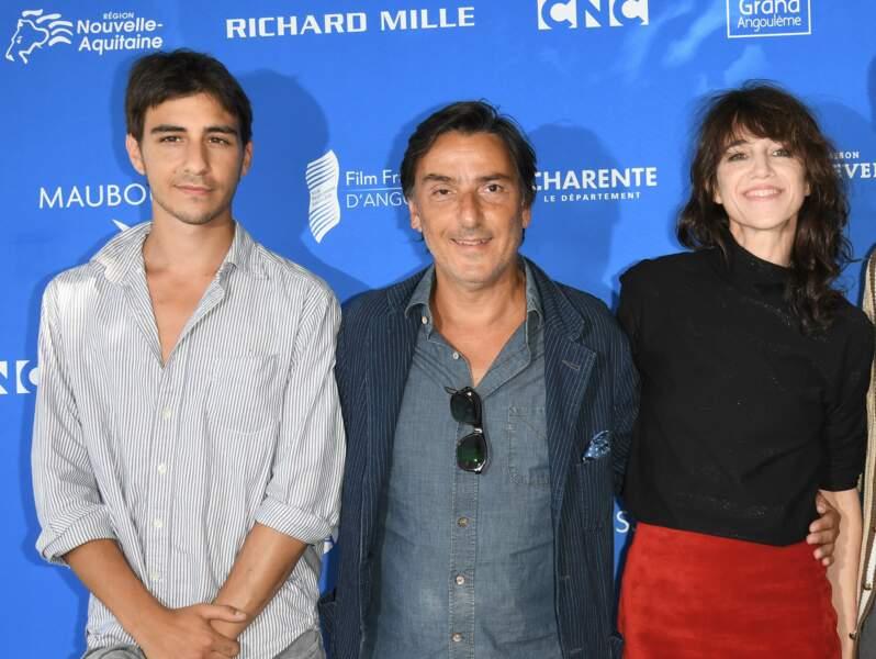 Ben Attal avec ses parents Yvan Attal et Charlotte Gainsbourg lors du festival d'Angouleme