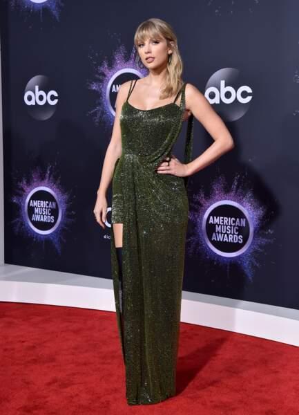 Taylor Swift avec une robe longue à paillettes