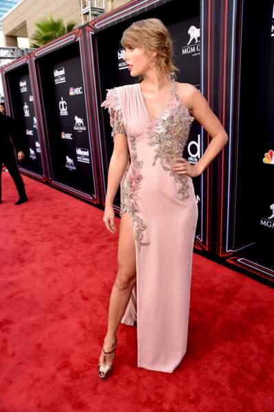 Taylor Swift et sa robe poétique rose poudrée