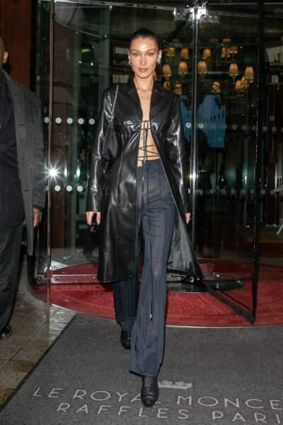 Bella Hadid adopte le manteau long en cuir