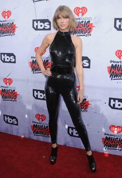 Taylor Swift dans une combinaison noire à paillettes