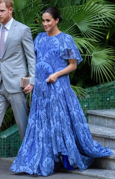 Sa longue robe bleue lors de son voyage officiel au Maroc en février