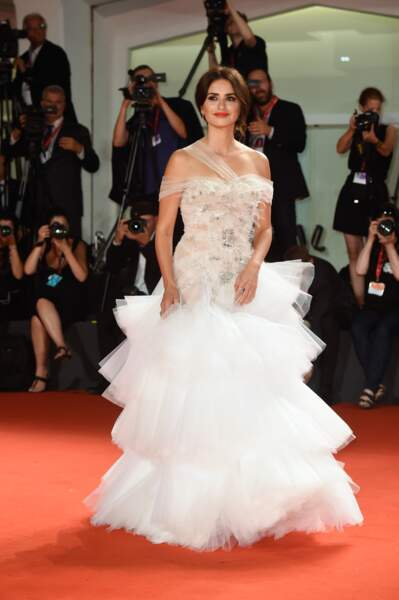 Don't : Tulle, jeu de transparence, et cristaux.. c'est une robe un peu trop chargée pour notre Penelope Cruz