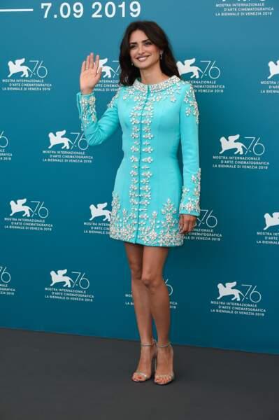 Do : Penélope Cruz lumineuse dans sa robe courte bleu turquoise