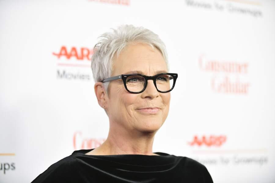 Jamie Lee Curtis, cheveux blancs et lunettes noires, le contraste fonctionne super bien !