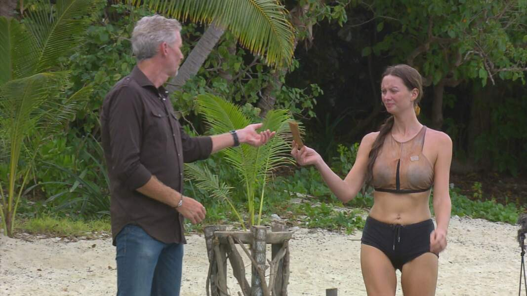 Koh-Lanta, les 4 Terres - épisode 10 : arrivée dernière de l'épreuve, Alexandra met son nom dans l'urne pour le prochain conseil.
