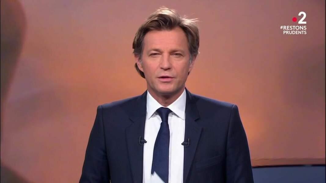 Laurent Delahousse présente les JT du week-end de France 2 depuis le 9 mars 2007, en remplacement de Béatrice Schönberg