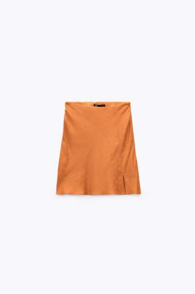 Mini-jupe fendue satinée, Zara, 19,95 €
