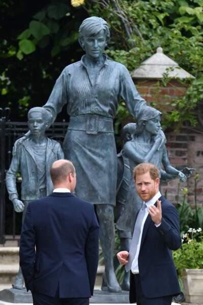 Le prince William et le prince Harry découvrent la statue en hommage à Lady Diana