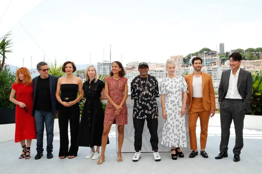 Le jury au grand complet : Mylène Farmer, Kieber Mendonça Filho, Maggie Gyllenhaal, Jessica Hausner, Mati Diop, Spike Lee, Mélanie Laurent, Tahar Rahim et Song Kang-Ho (de gauche à droite)