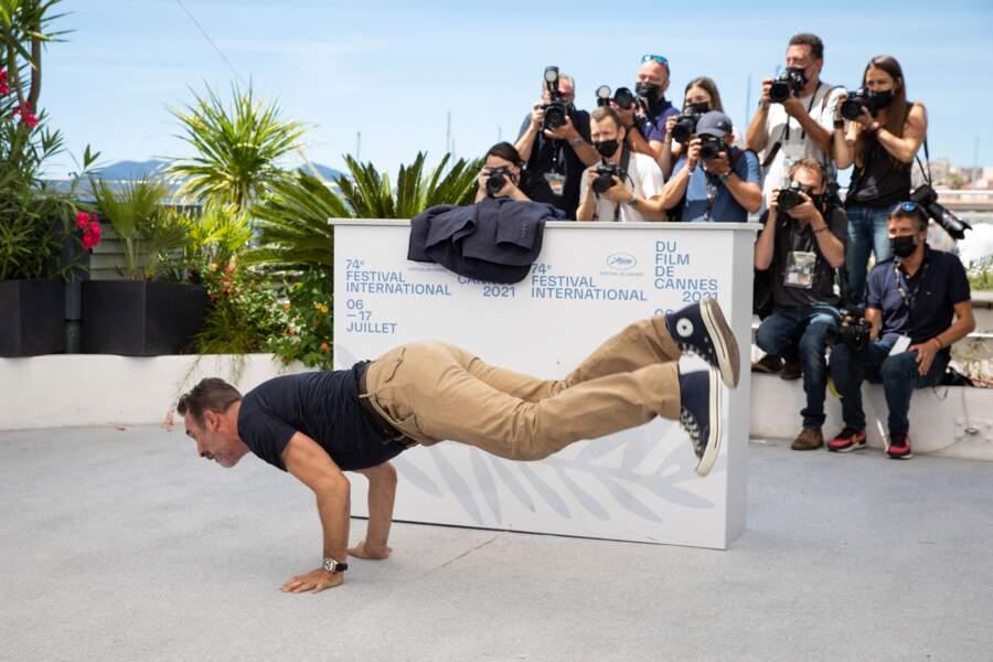 Jean Dujardin fait du breakdance sous le regard des photographes