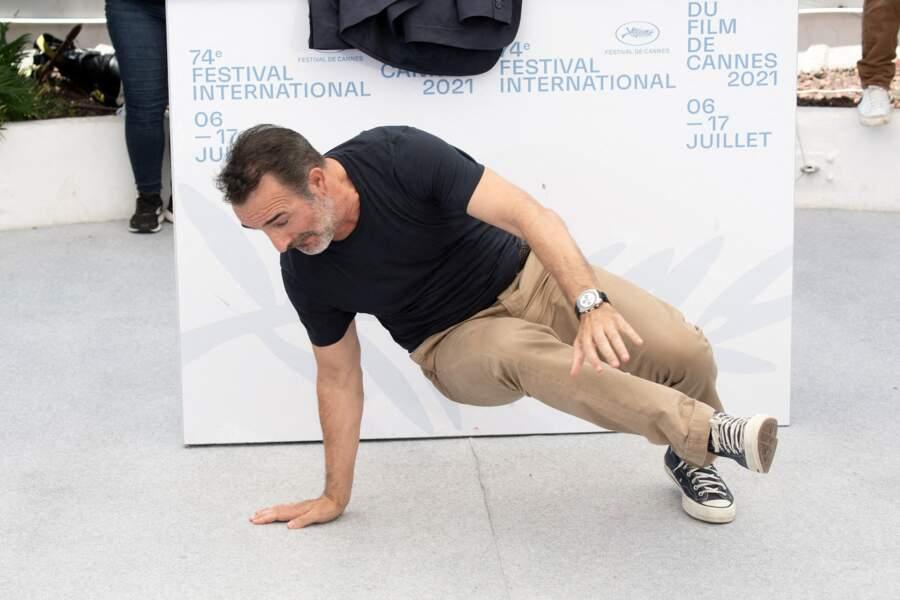 Jean Dujardin fait quelques mouvements de breakdance au photocall d'OSS 117