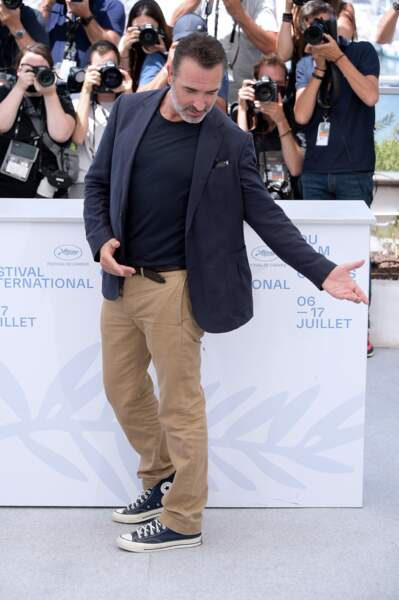 Jean Dujardin effectue un petit pas de danse lors du photocall d'OSS 117