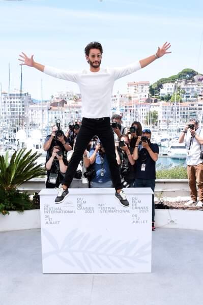 Pierre Niney saute du décor du photocall d'OSS 117