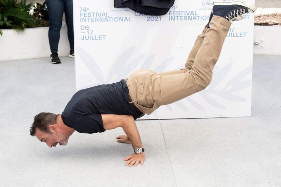 Tel un professionnel, Jean Dujardin continue à montrer sa force