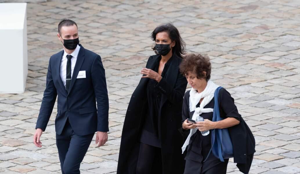 Karine Le Marchand est arrivée masquée à la cérémonie