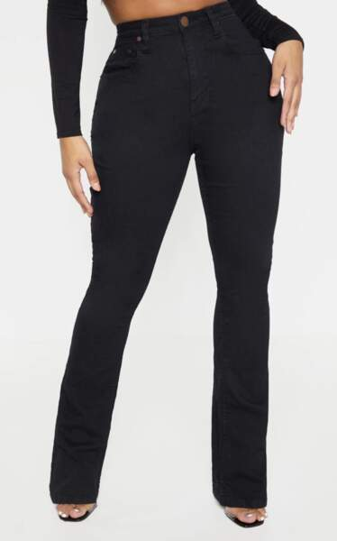 Jean noir flare matière stretchy, PrettyLittleThing, actuellement à 24€