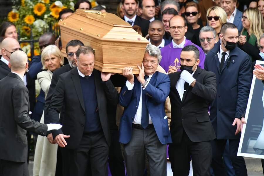 Ses amis et son fils Stéphane portent le cercueil