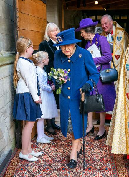 PHOTOS Elizabeth II fait une apparition, marchant avec une canne, ces clichés qui inquiètent les Britanniques